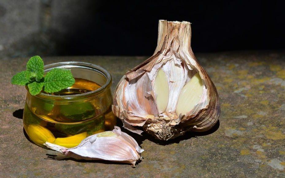 Česnovo olje za stopala, ušesa in prsni koš